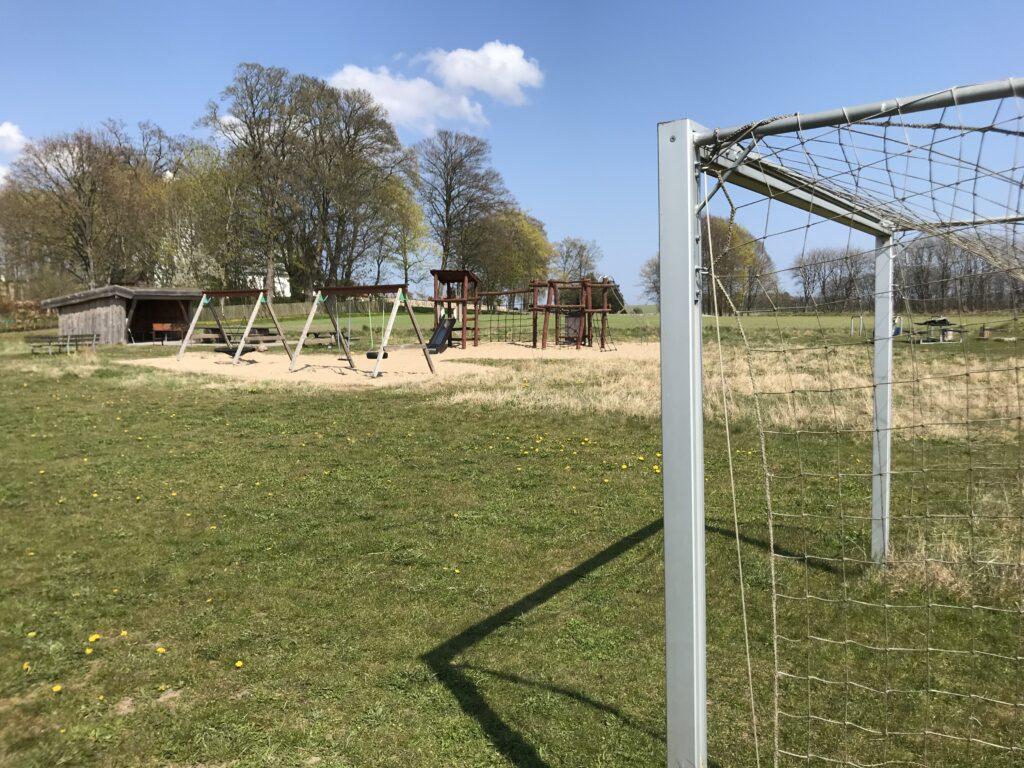 Legeplads og fodboldbane